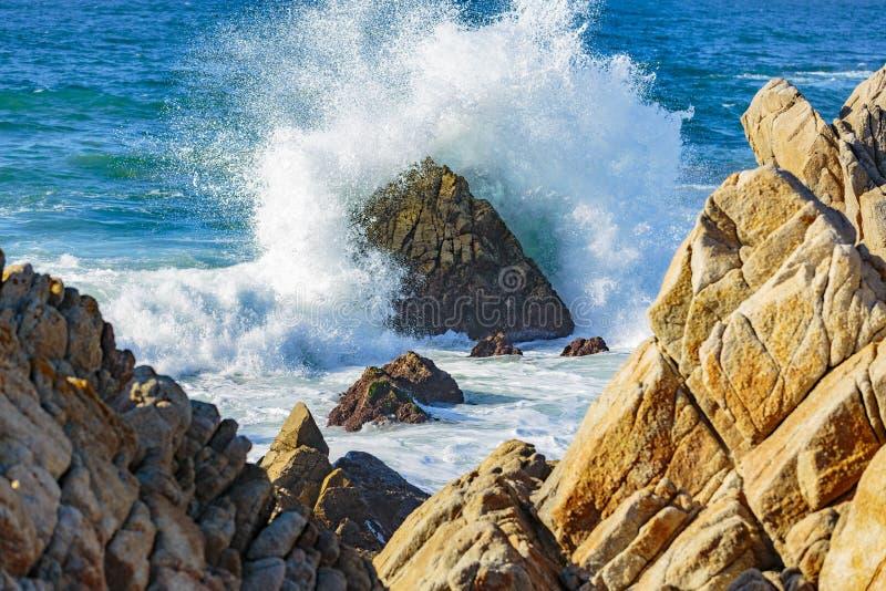 Explosões da água do oceano foto de stock