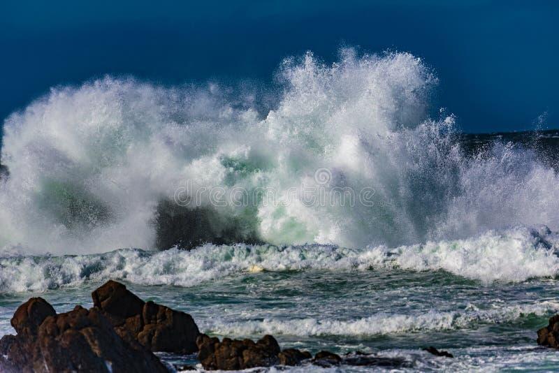 Explosões da água do oceano fotografia de stock royalty free