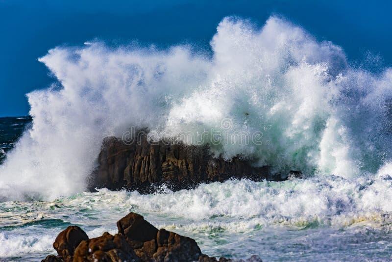 Explosões da água do oceano foto de stock royalty free