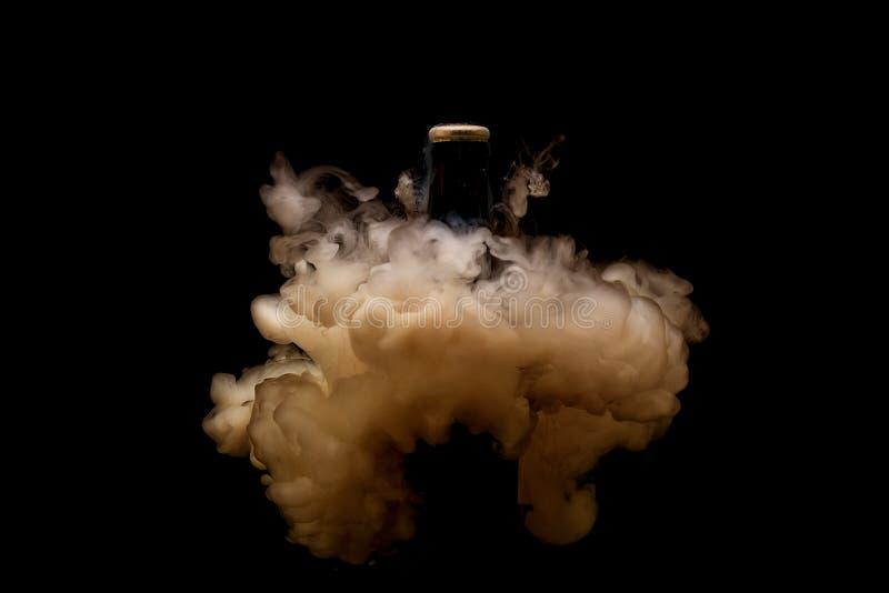 Explosões líquidas da água que cercam a garrafa de cerveja Fotografia líquida subaquática imagens de stock royalty free