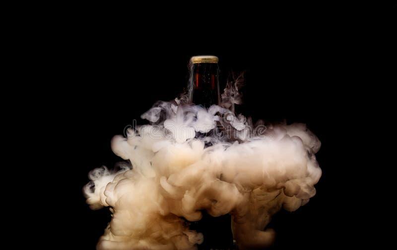 Explosões líquidas da água que cercam a garrafa de cerveja Fotografia líquida subaquática foto de stock