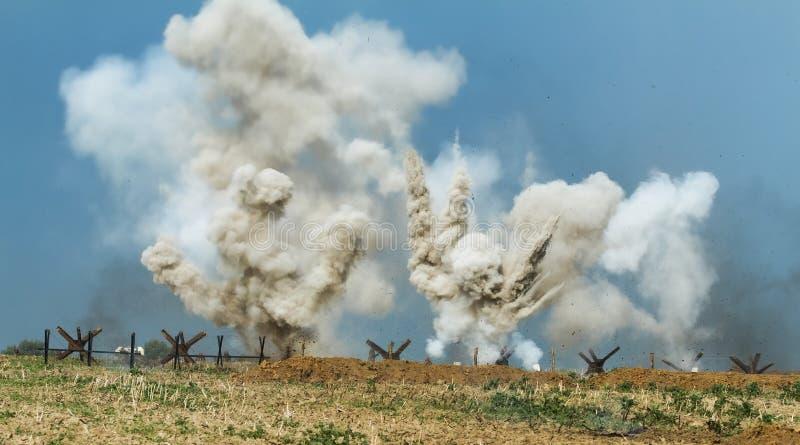 Explosões no campo de batalha imagens de stock royalty free