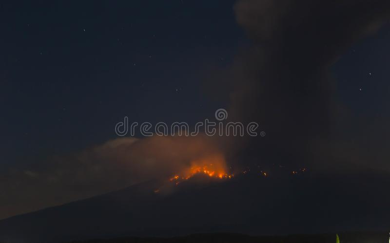 Explos?o do vulc?o do popocatepetl, noite foto de stock royalty free