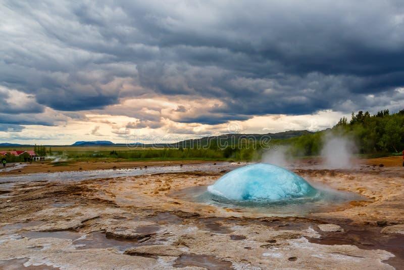 Explosión caliente del agua azul de Strokkur del géiser famoso de la fuente con cl fotografía de archivo