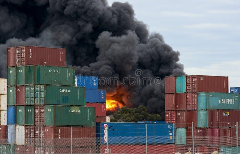 Explosión de la bola de fuego en un fuego del oeste de la fábrica de Footscray según lo visto de detrás los contenedores Melbourn fotografía de archivo libre de regalías