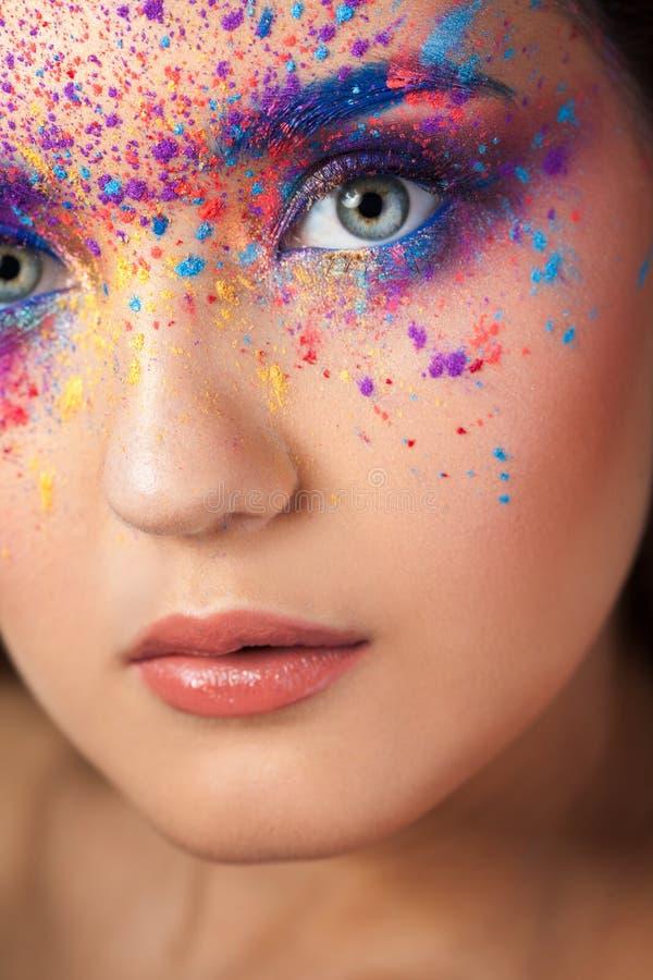 Explosión del color, sombras multicoloras dispersadas en los párpados Ojos coloreados de Smokey y cejas azules fotos de archivo libres de regalías