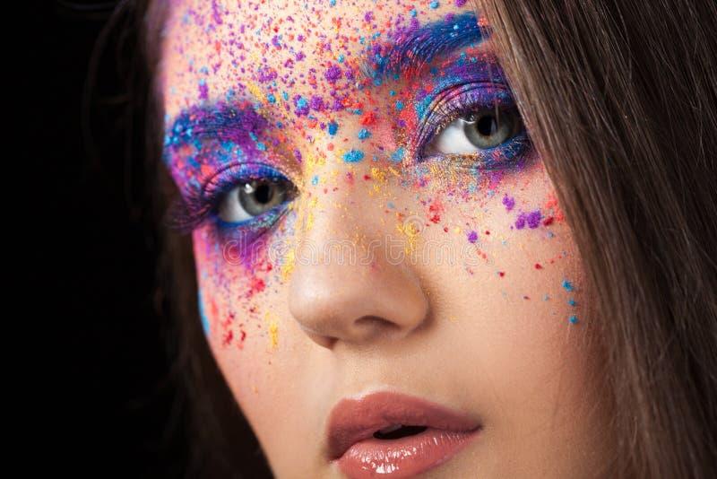Explosión del color, sombras multicoloras dispersadas en los párpados Ojos coloreados de Smokey y cejas azules imagen de archivo