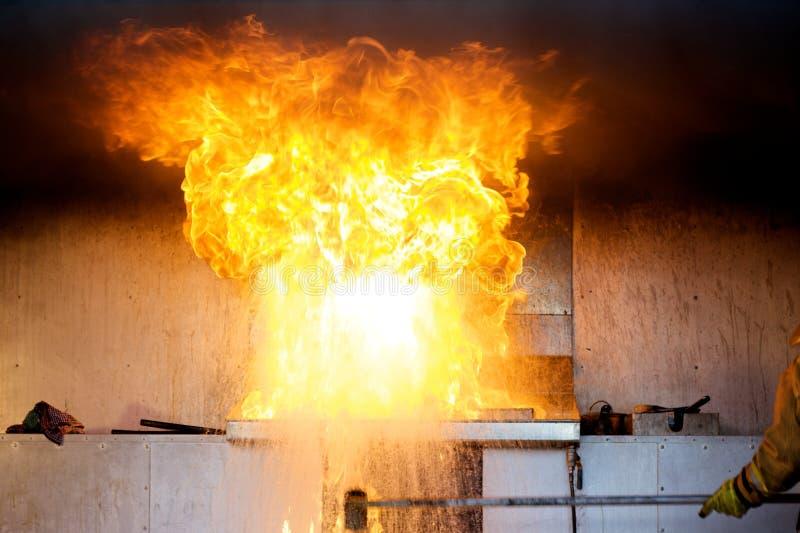Explosión del petróleo en un fuego de la cocina fotos de archivo