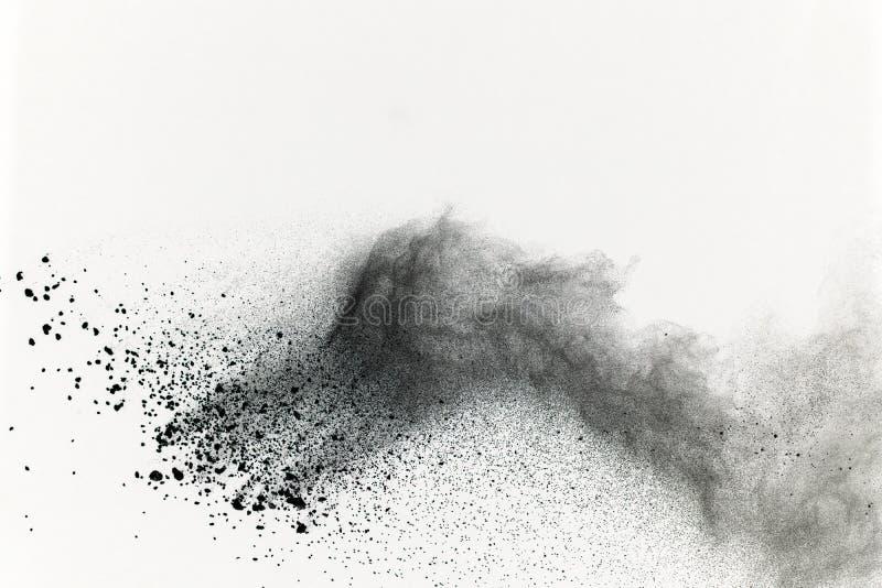 Explosión del polvo negro en el fondo blanco Nube coloreada color fotografía de archivo