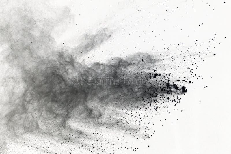 Explosión del polvo negro en el fondo blanco Nube coloreada El polvo coloreado estalla Pinte Holi fotografía de archivo libre de regalías