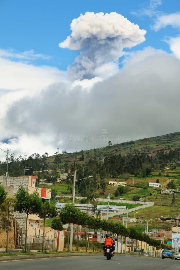 Explosión del volcán de Tungurahua imagenes de archivo