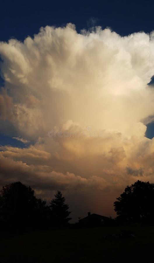 Explosión en el cielo imagenes de archivo
