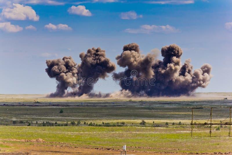 Explosión en un terreno de entrenamiento militar Destrucción de los objetivos de entrenamiento por las bombas de los aviones fotografía de archivo