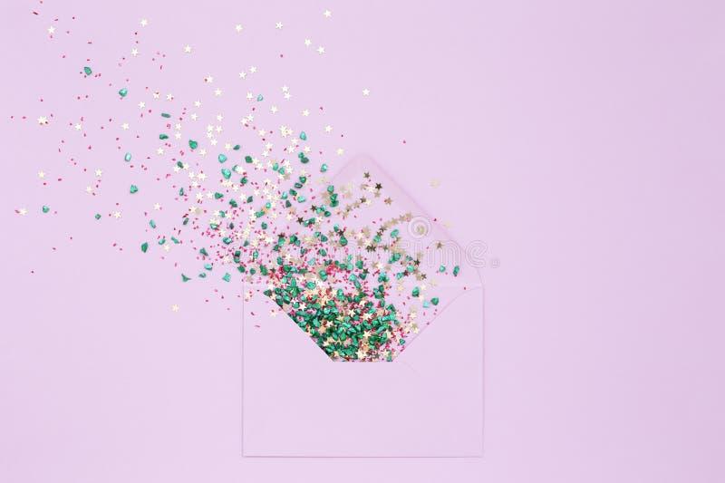 Explosión festiva de las lentejuelas del sobre en lila fotos de archivo libres de regalías