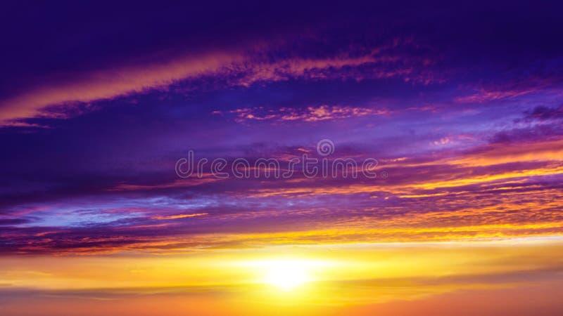 Explosión grande abstracta Luz del cielo Fondo de la religión Nube hermosa Cielo del fondo en la puesta del sol y el amanecer fotografía de archivo