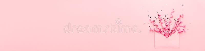 Explosión rosada del confeti del partido de la bandera de flámulas y de lentejuelas del sobre fotografía de archivo