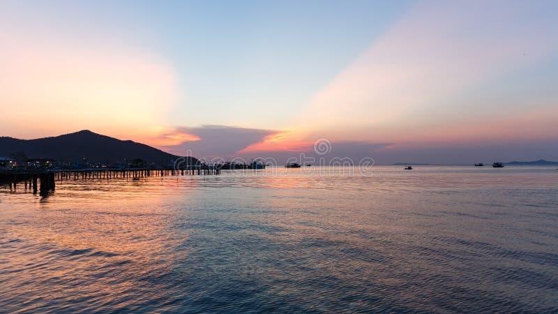 Explosión Sare/Tailandia - 14 de abril de 2018: Opinión de la puesta del sol en la playa de Sare de la explosión, distrito de Sat imágenes de archivo libres de regalías