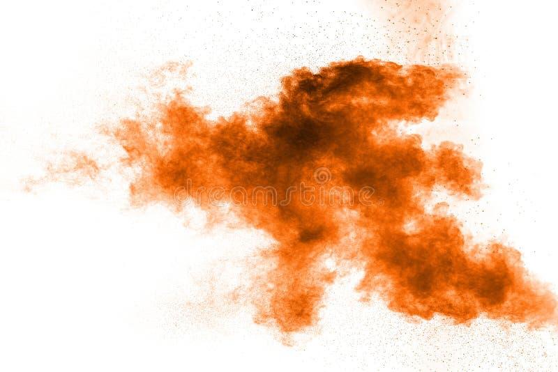 explosi?n de polvo anaranjada abstracta en el fondo blanco polvo anaranjado abstracto salpicado en el fondo blanco fotos de archivo libres de regalías