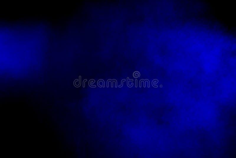 Explosi?n de polvo azul roja del extracto en fondo negro Movimiento del helada del chapoteo azul rojo del polvo Holi pintado en f imagen de archivo libre de regalías