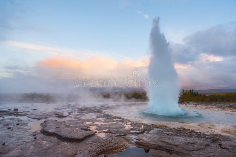 Explosie bij het geothermische gebied van Geysir, IJsland royalty-vrije stock afbeelding