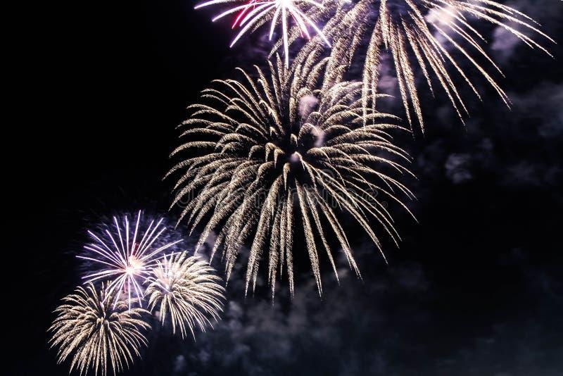 Explosie van multi-colored vuurwerk in Doubai tegen de nachthemel op vakantie van een de nieuwe jaarvieringen stock afbeelding