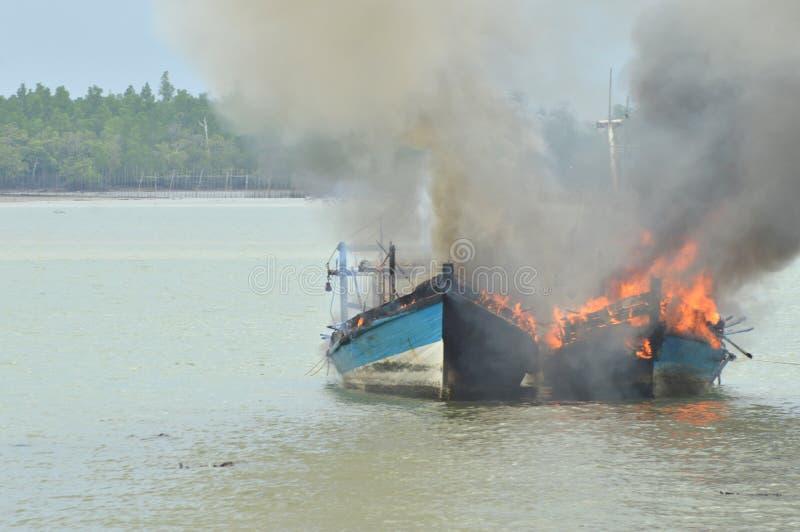 Explosies vissersboot royalty-vrije stock foto's