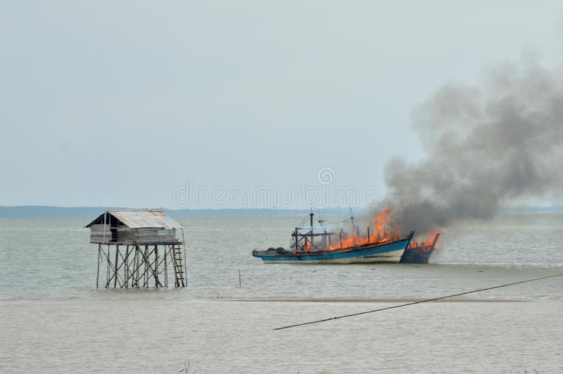 Explosies vissersboot stock foto