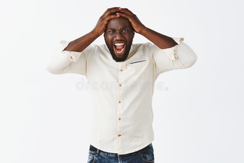 Explosion allante d'homme de colère, étant affligé et alimenté  Portrait d'ami pissé outragé d'afro-américain dedans photographie stock libre de droits