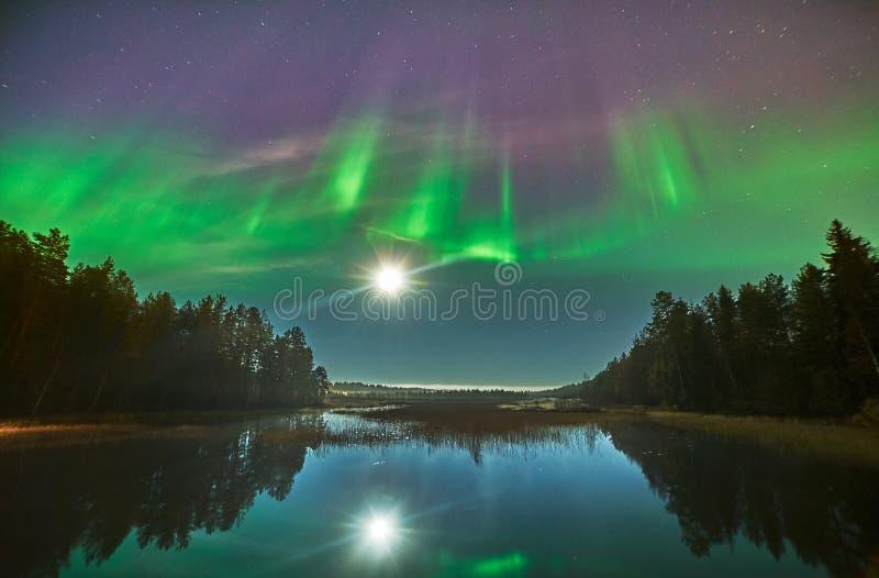 Explosion au-dessus des lumières du nord en Suède image libre de droits