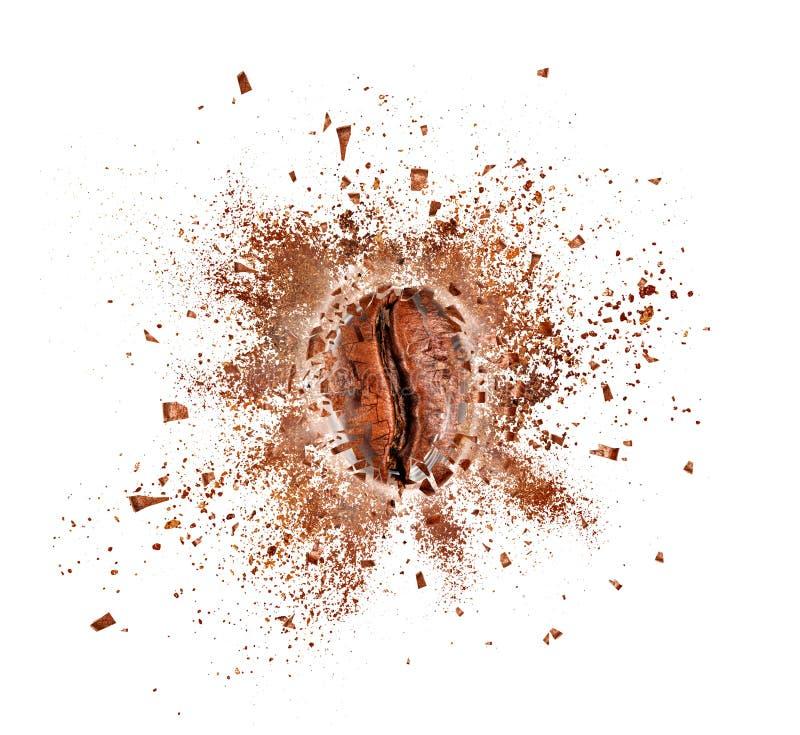 Explosion av kaffebönan med varm ånga som isoleras på vit arkivbild
