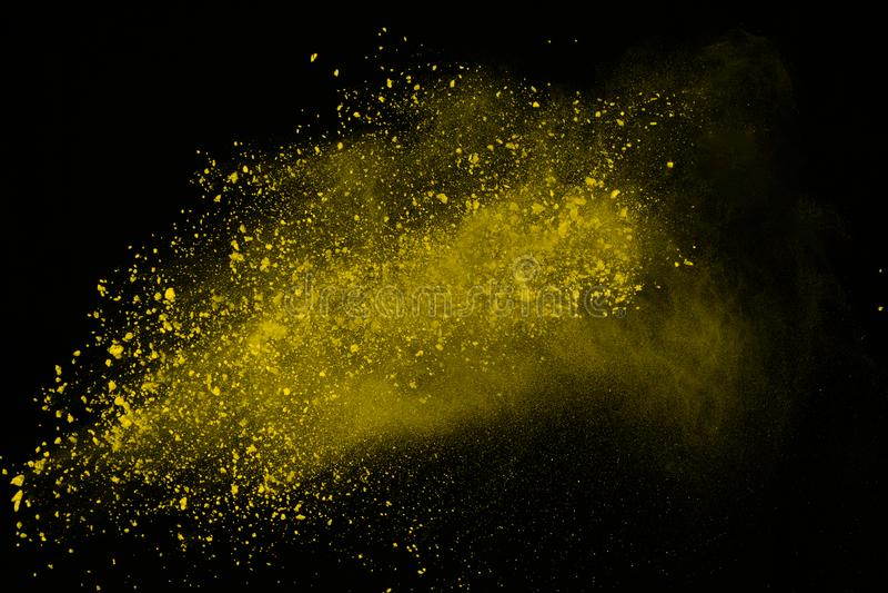 Explosion av kulört pulver som isoleras på vit bakgrund Splatted makt eller moln Freez rörelse av gult damm som exploderar royaltyfria bilder