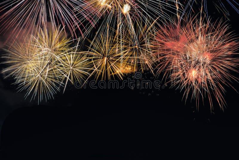 Explosion colorée de feux d'artifice dans le festival annuel images stock