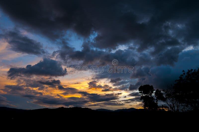 Explosion de couleurs au coucher du soleil images stock