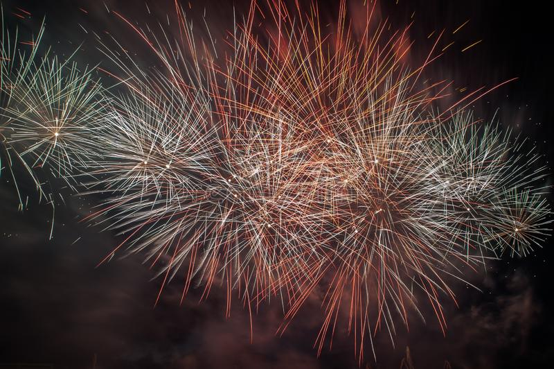 Explosion de feux d'artifice en ciel fonc? photo stock