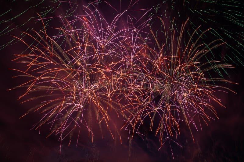 Explosion de feux d'artifice en ciel fonc? image stock