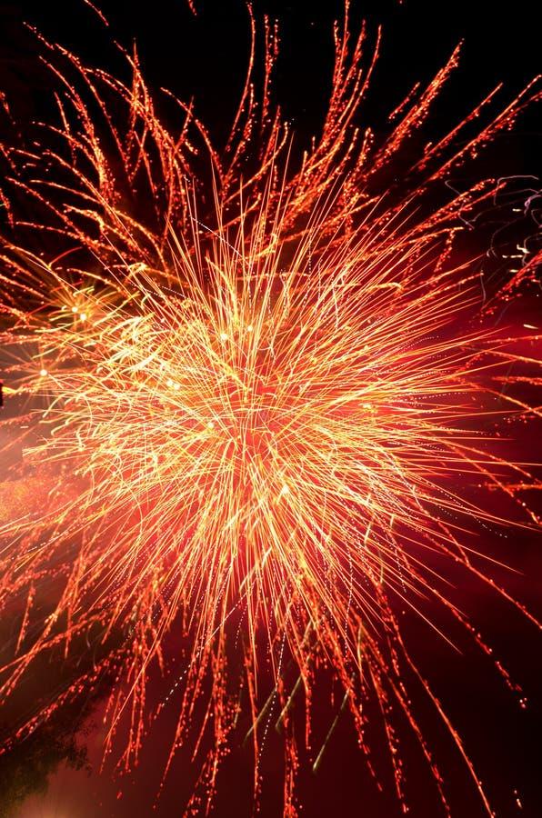 Explosion de feux d'artifice en rouge et or image stock