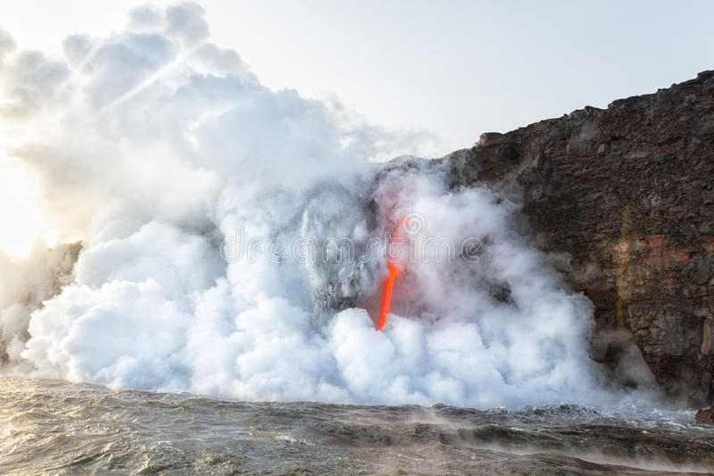 Explosion der Asche und des Rückstands an Kamokuna-Eintritt Hawaii lizenzfreie stockbilder