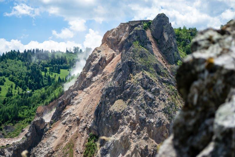 Explosion in einem Kalksteinsteinbruch besessen durch HeidelbergCement, nahe Bicaz-Schlucht, Neamt-Grafschaft, Rumänien stockfotos