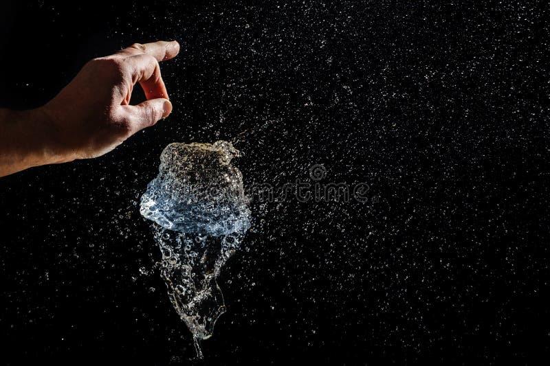 Explosion eines Ballons gefüllt mit Wasser stockfotos