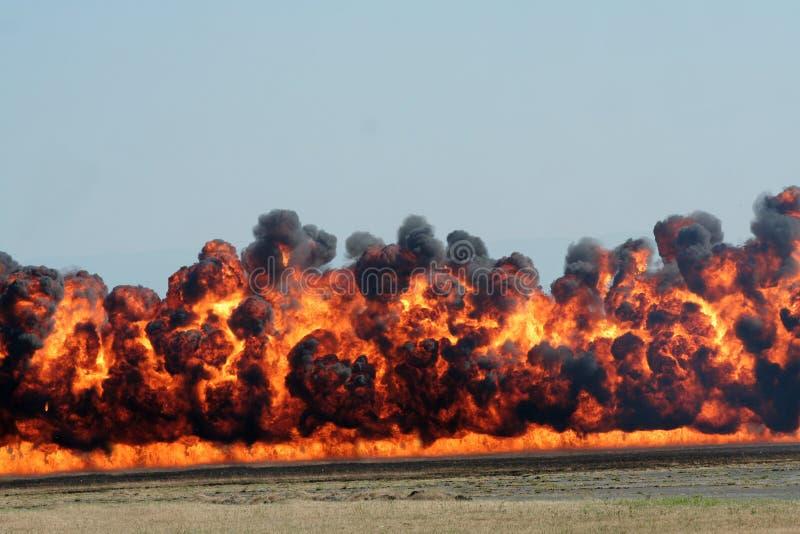 Explosion et fumée noire images stock