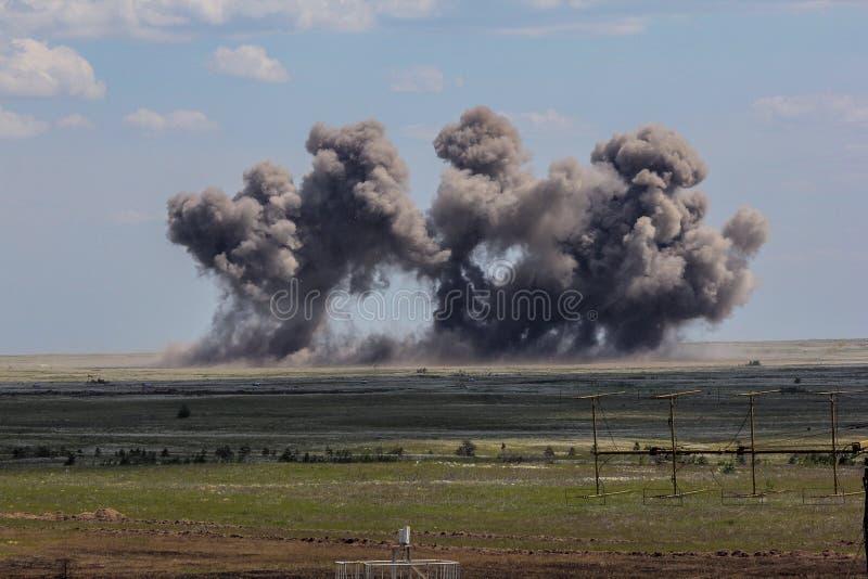 Explosion på en jordning för militär utbildning Förstörelse av utbildningsmål med flygplan bombarderar royaltyfri fotografi