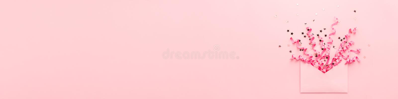 Explosion rose de confettis de partie de bannière des flammes et des paillettes de l'enveloppe photographie stock