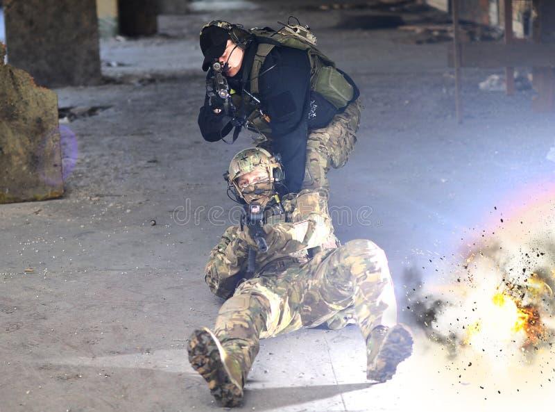 Explosionen nära soldaterna royaltyfria foton