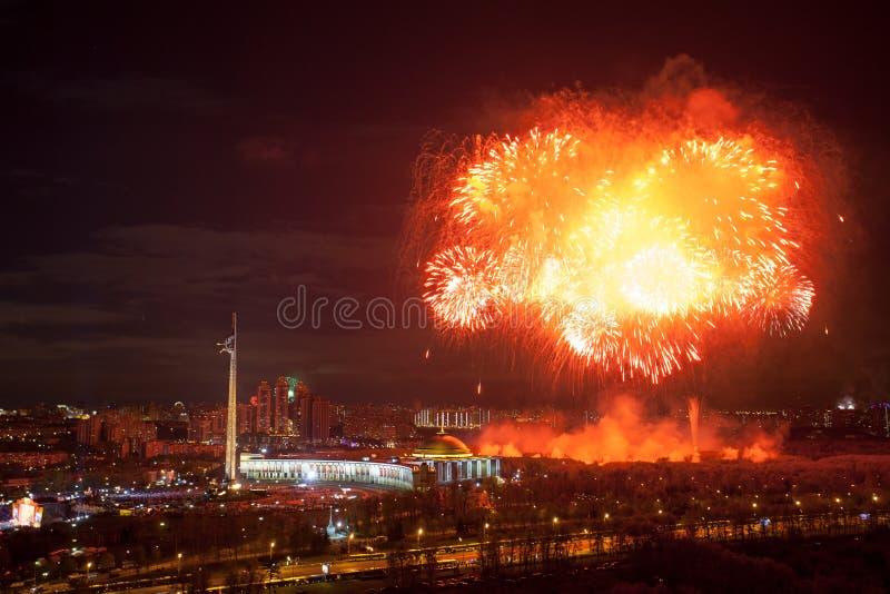 Explosiones brillantes de los fuegos artificiales en cielo nocturno en Moscú, Rusia imágenes de archivo libres de regalías