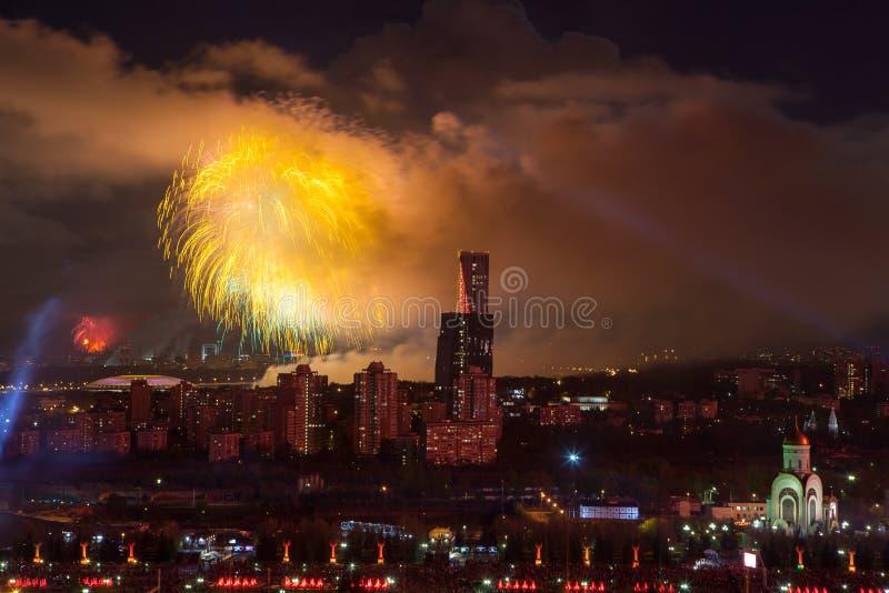 Explosiones brillantes de los fuegos artificiales en cielo nocturno en Moscú, Rusia fotografía de archivo libre de regalías