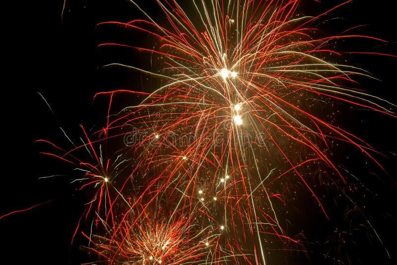 Explosiones coloridas de los fuegos artificiales fotografía de archivo