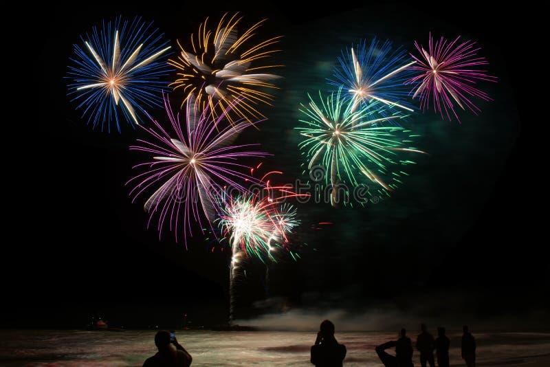 Explosiones coloridas del fuego artificial foto de archivo