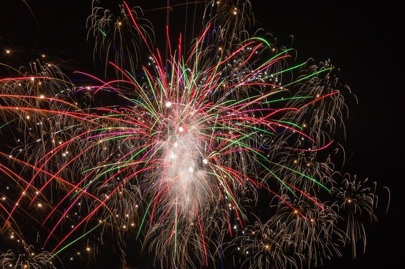 Explosiones multicoloras de fuegos artificiales imagen de archivo