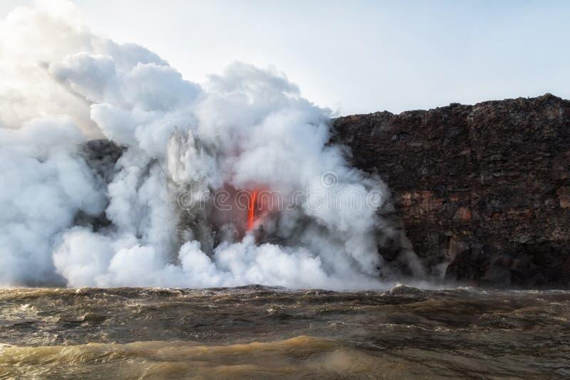 Explosiones violentas de la lava caliente que entra en la agua fría foto de archivo libre de regalías