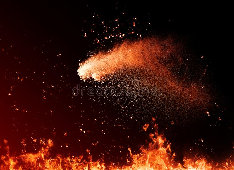 Explosionpulver Brandpartikelskräp som isoleras på svart bakgrund för text eller utrymme Filmeffekt royaltyfria foton
